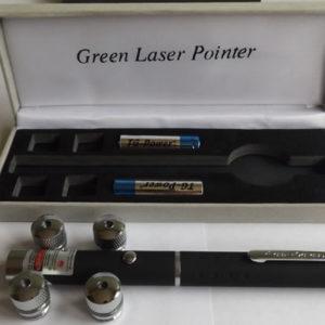 Зеленая лазерная указка FA-L04-4 с четырьмя насадками.